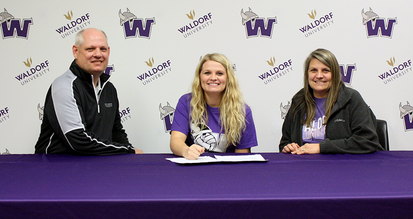 Rieley Rodman (center), an incoming junior transfer from Marshalltown Community College, signed with Waldorf on Thursday.